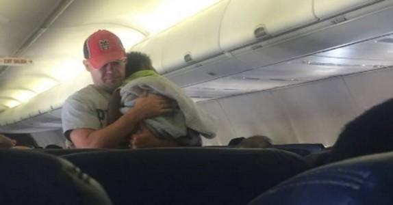 Barnet skriker for full hals på et fly. Da får en fremmed nok og griper inn!