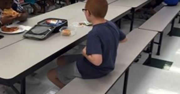 Gutten spiser alene hver dag. Men når mammaen ser dette bildet, begynner hun å gråte.