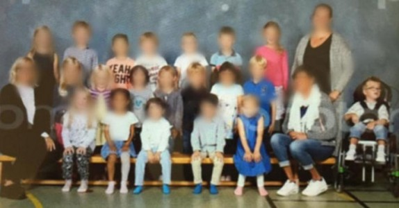 5-åringen måtte sitte utenfor på klassebildet – nå raser internett mot skolens arroganse!