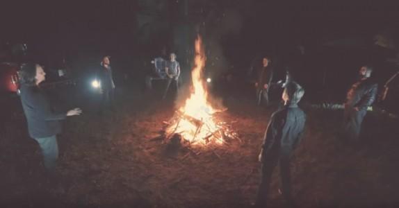 6 menn står i ring rundt et bål. Når de begynner å synge DENNE sangen, får jeg frysninger!