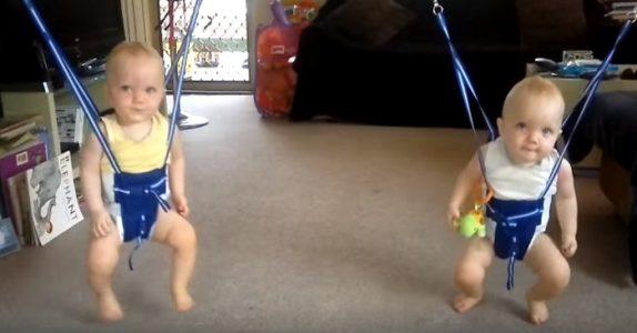 Faren setter tvillingene i gyngeselene og setter på musikk. Denne reaksjonen forventet jeg IKKE!