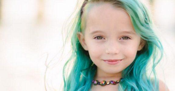 Moren farger 6-åringens hår grønt. Men se hva hun har gjort på høyre side!