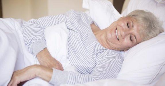 Hvorfor du bør sove på din venstre side – og hvordan du kan trene kroppen til å gjøre det!