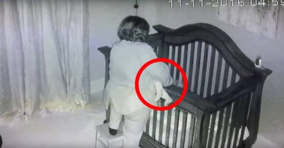 Bestemor sitter barnevakt. Det mammaen ser på overvåkningskameraet? Jeg ler så jeg RISTER!