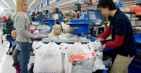 En kvinne går inn i en butikk. Men måten hun blir behandlet på av butikksjefen? Jeg er SJOKKERT!