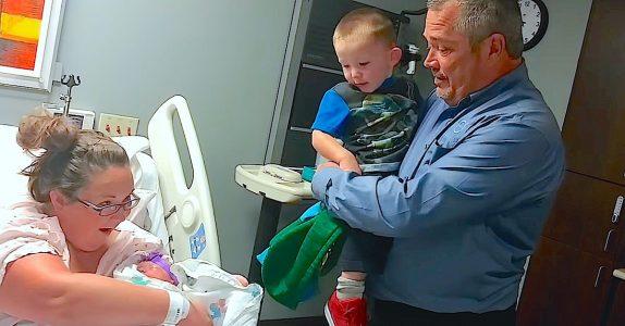 Moren vugger den lille nyfødte. Så løfter hun teppet og avslører DENNE meldingen til bestefar!