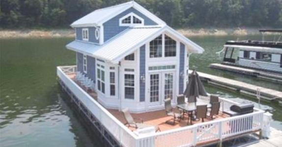 Lyst på ny hytte? Vent til du ser INNSIDEN av denne husbåten!