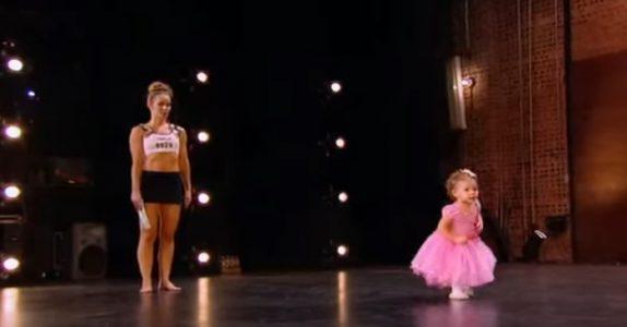 Mammaen skal danse foran dommerne. Men når den 2 år gamle datteren kommer på scenen, stjeler hun HELE showet!