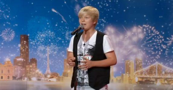 Da 14-åringen forklarer hva han vil synge, ler dommerne av ham. Men på 02:39 overrasker han ALLE!