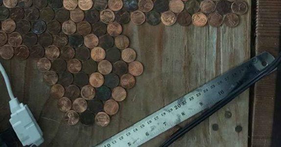 Hun limer fast 15 000 mynter til gulvet. Se når kameraet zoomer ut! UTROLIG!