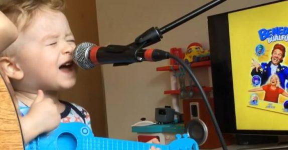 2-åringen stiller seg foran mikrofonen. Men det som skjer på 0:07, hadde IKKE moren forventet!