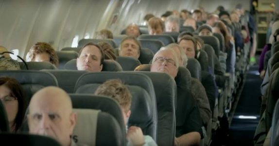 Passasjerene sovner på flyet. Når de våkner får de sitt livs største overraskelse!