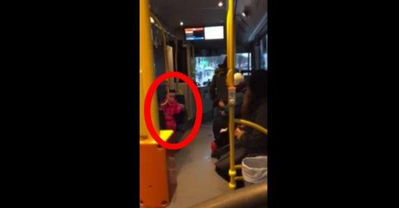 Jenta synger høyt på bussen i Stockholm. Da gjør bussjåføren noe fantastisk!