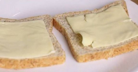 Gutten får ostesmørbrød på skolen. Grunnen får hele internett til å koke!