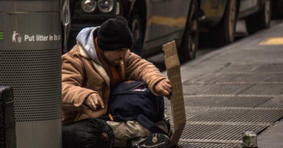 Utenfor en restaurant skjelver de hjemløse i kulden. Da får restauranteieren en STRÅLENDE ide!