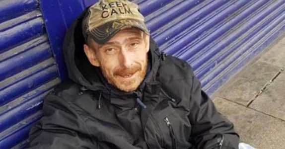 Den hjemløse mannen finner en bag i en telefonkiosk. Da plukker han opp telefonen og ringer!