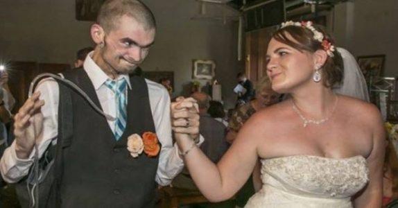 Parets bryllupsbilde sprer seg i rekordfart på internett. Grunnen er hjerteskjærende!