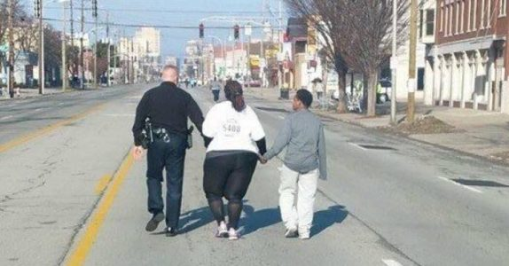 Moren løper for å gå ned i vekt. Men når politimannen ser henne, griper han umiddelbart inn!