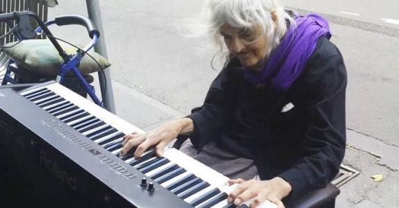 80-åringen Natalie får øye på et piano. Sekunder senere sjokkerer hun ALLE!