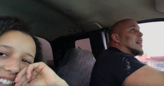 Den unge jenta filmet faren når han sang i bilen. Ved 01:20 får jeg GÅSEHUD over hele kroppen!