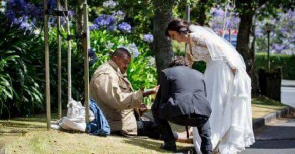 Kvinnen i brudekjole går bort til en hjemløs mann. Det som skjer videre er rett og slett VAKKERT!