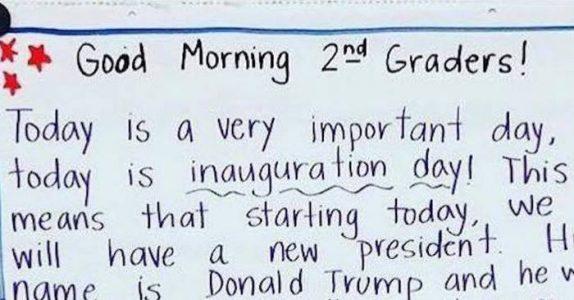 Læreren henger opp et notat i klasserommet. Beskjeden sprer seg nå verden rundt!