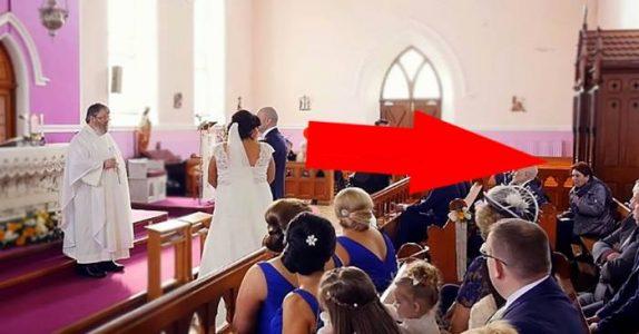 Seremonien blir avbrutt av en stemme fra bakerst i kirken. Når bruden snur seg, bryter hun sammen i tårer!
