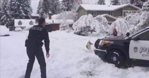 To barn har snøballkrig i gaten. Men når en POLITIBIL kjører forbi, skjer det noe merkelig!