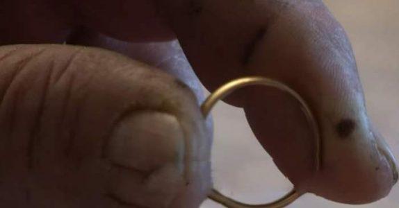 Mannen finner en gullring når han plukker sopp. Men når han ser nærmere, renner tårene!