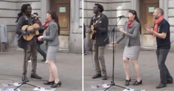 Publikum ler når trubaduren oppfordrer den fremmede kvinnen til å synge. Så sjokkerer hun ALLE!