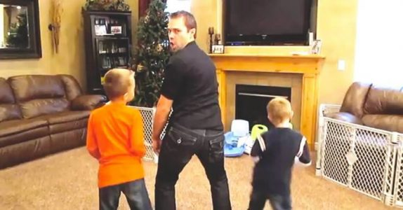 Faren er hjemme alene med barna. Da får han en HELSPRØ idé!