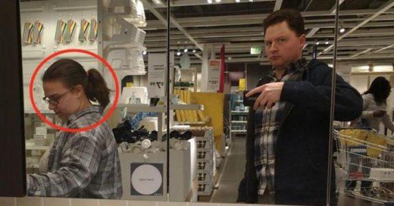 Mannen dokumenterer IKEA-turen med kona i all hemmelighet. Nå går bildene verden over!