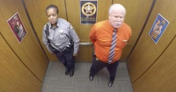 De er alene i heisen. Men politimannen ANER ikke at sjefene løy om kameraet de installerte!