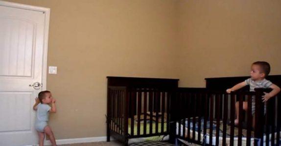 Det er sengetid for disse tvillingene. Men SE hva som skjer når moren forlater rommet!