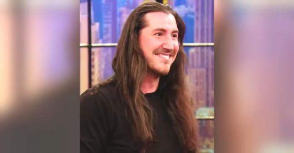 Han har ikke klippet håret på 2 år. Men når frisøren er ferdig, får ALLE hakeslepp!