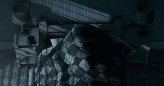 Pappaen skulle se til sin sovende datter. Men når han løfter dyna, SKRIKER han etter hjelp!
