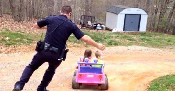 Politimannen kommer hjem og får øye på to banditter i en bil. Det han gjør da? Jeg ler så tårene triller!