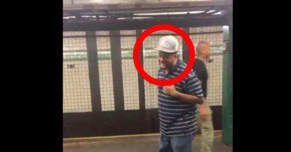 De står på t-banestasjonen når de hører lyden. Så ser de DENNE mannen, og alle blir forbløffet!