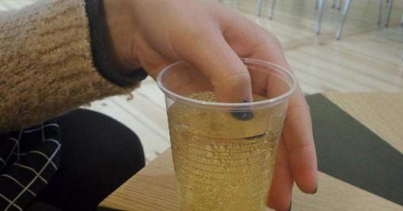 Hun putter fingeren i drinken sin. Men når neglelakken skifter farge, ringer hun politiet!