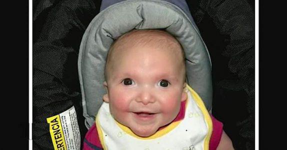 Faren merker at sønnens ansikt ser rart ut. Etter å ha googlet symptomene, løper han skrikende til kona!