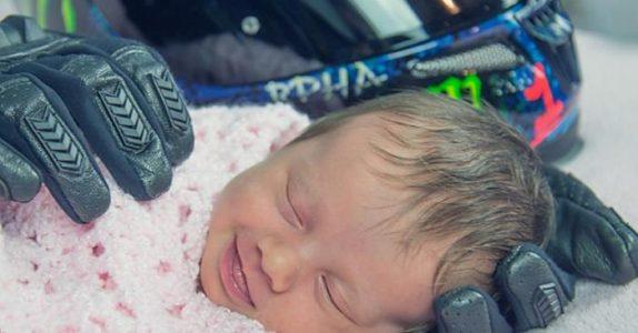 Fotografen legger babyen foran motorsykkelhjelmen. Men historien bak bildet er HJERTESKJÆRENDE.