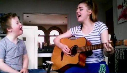 Storesøsteren synger brorens yndlings-sang. Men se hva som skjer når han stemmer i!