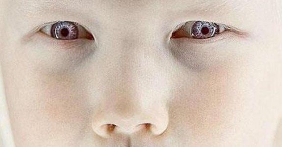 Modellbyråene slåss over denne 8-åringen. Når du ser ØYNENE hennes skjønner du hvorfor!