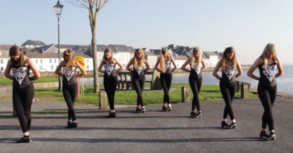 8 irske jenter står blikkstille ved vannkanten. Men følg NØYE med på føttene deres!