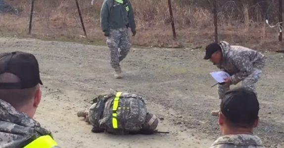 Den kvinnelige soldaten kollapser og faller ned på kne. Men SE hva de andre soldatene gjør da!