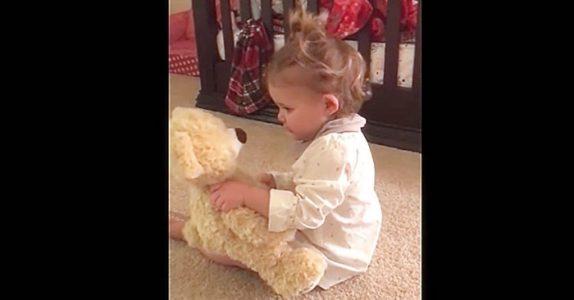 Den lille jenta får en kosebamse av pappaen sin. Men VENT til du ser hva som skjer når hun klemmer den!