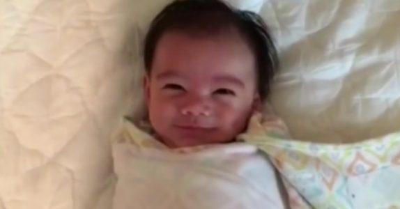 Babyen våkner alltid med et smil. Men se når DENNE overraskelsen avsløres!