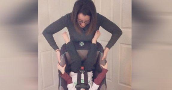 Kvinnen snur babyen sin opp ned for å vise et poeng. Og hun har HELT rett!