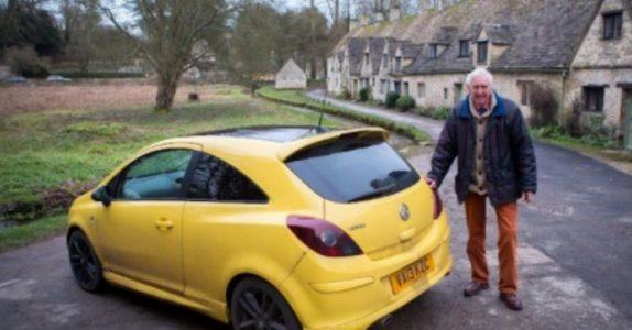 Landsbyboerne liker ikke fargen på bilen hans, så de skraper opp lakken. Men HEVNEN er søt!