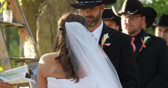 Cowboyen venter ved alteret. Men SE når bruden snur seg og SJOKKERER alle!